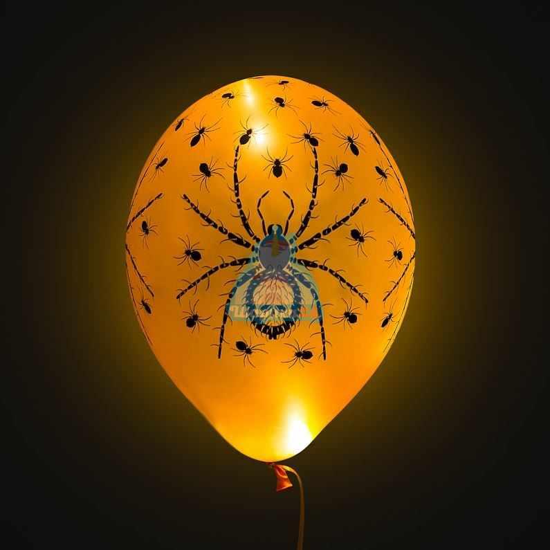Облако оранжевых шаров с пауками со светодиодами на Хэллоуин