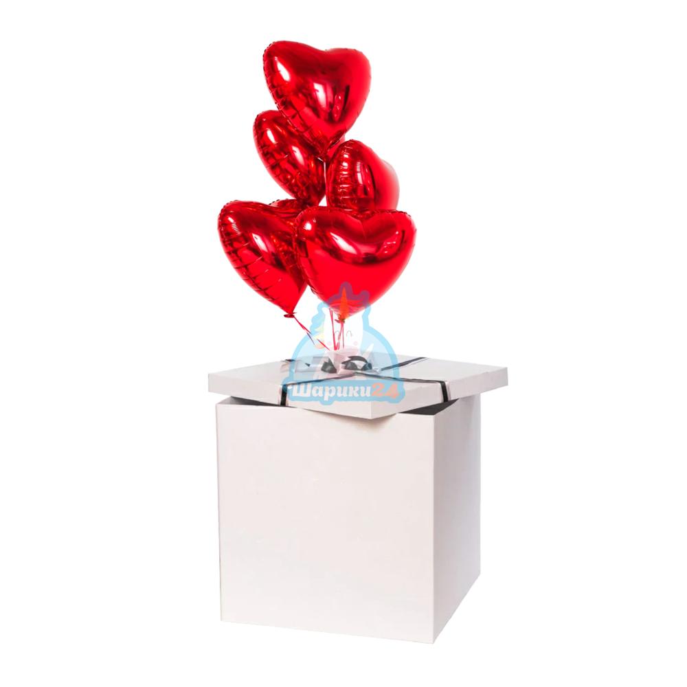 Красные фольгированные сердца в коробке ко дню влюбленных