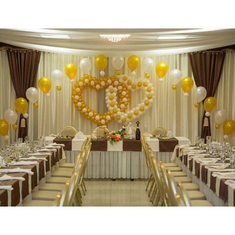 Оформление свадьбы золотыми воздушными шарами сердца