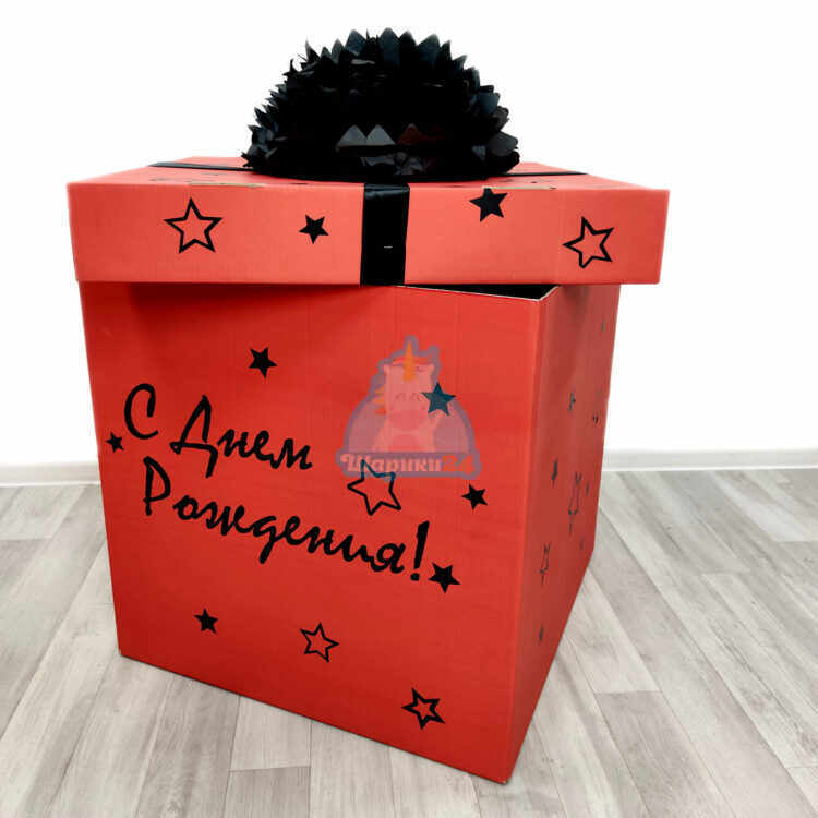 Красная коробка с надписью и черным пампоном