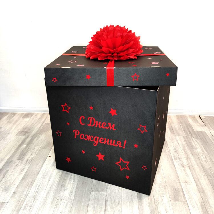 Черная коробка с красной вашей надписью и помпоном