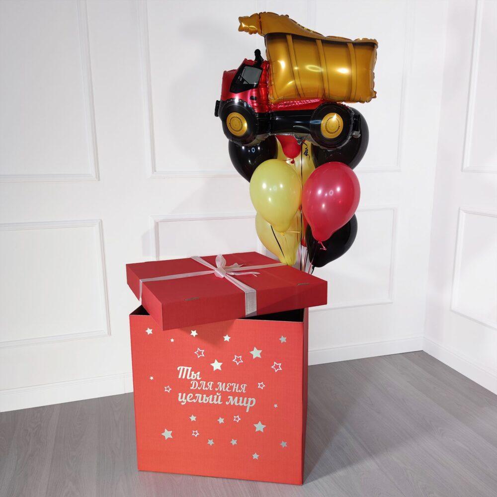 Композиция из шаров с самосвалом в коробке