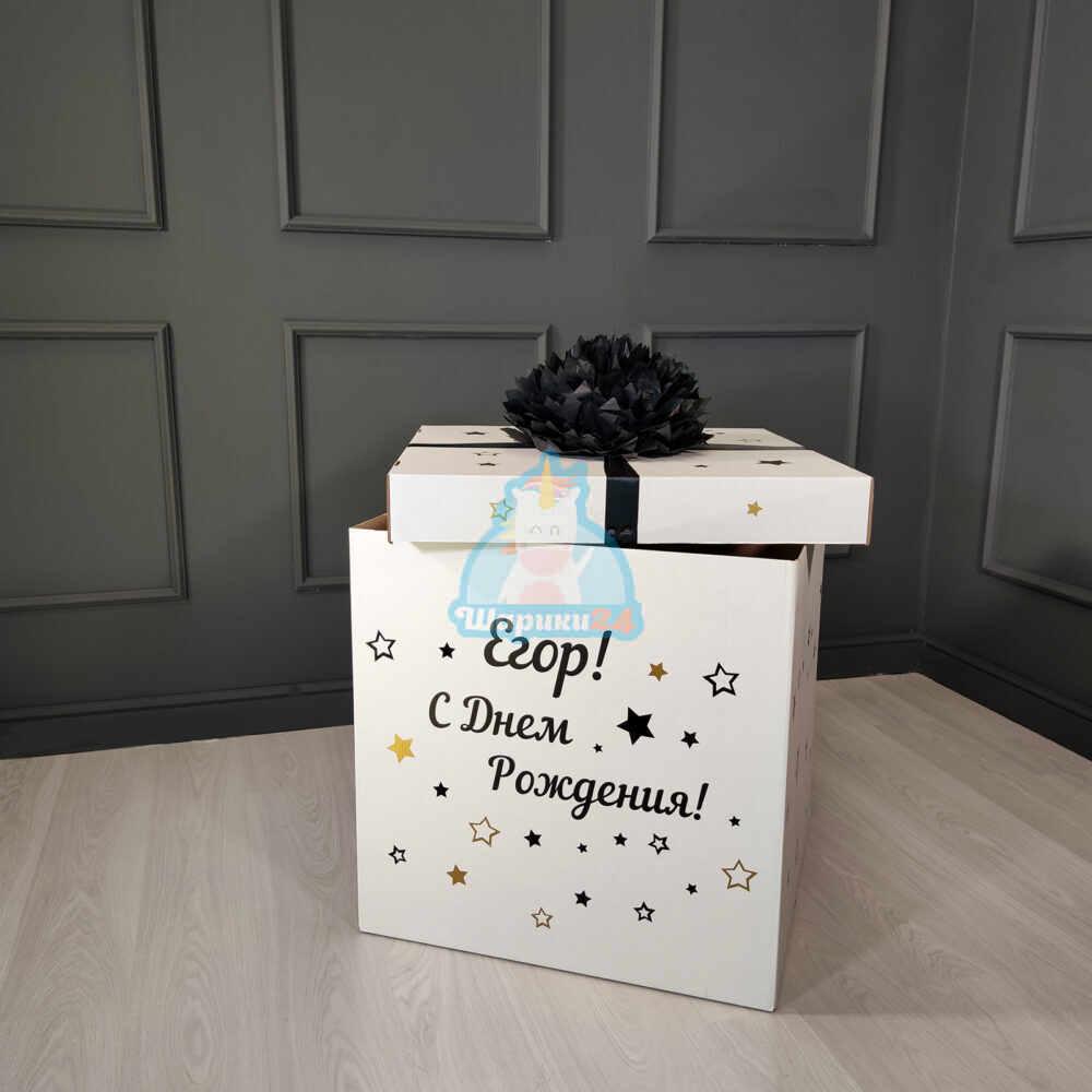 Белая коробка с надписью и помпоном