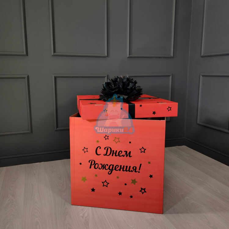 Красная коробка с надписью и черным помпоном
