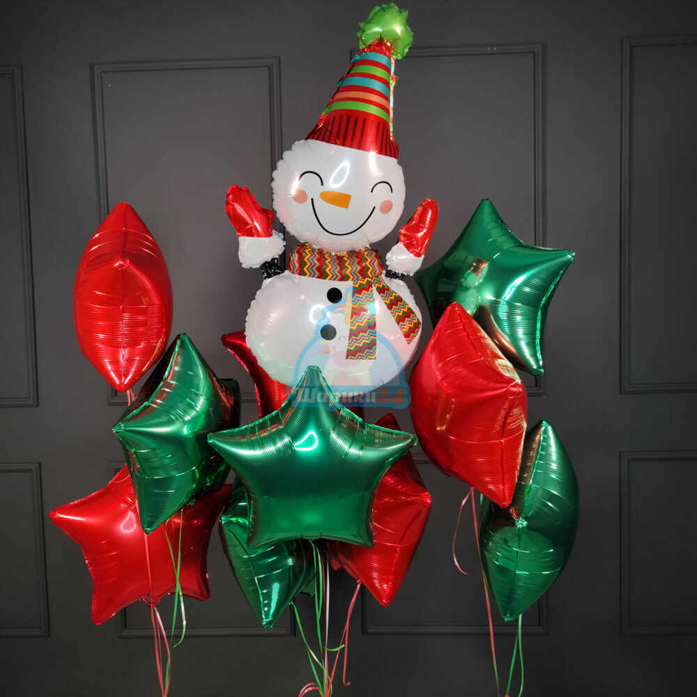 Композиция из фольгированных красных и зеленых звезд с большим снеговиком