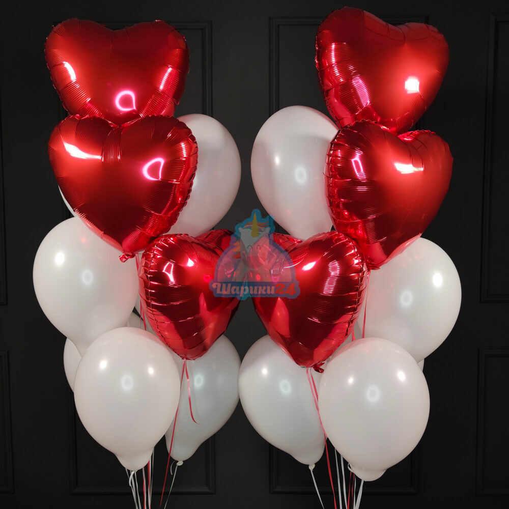 Композиция из белых шариков с красными сердцами ко дню влюбленных
