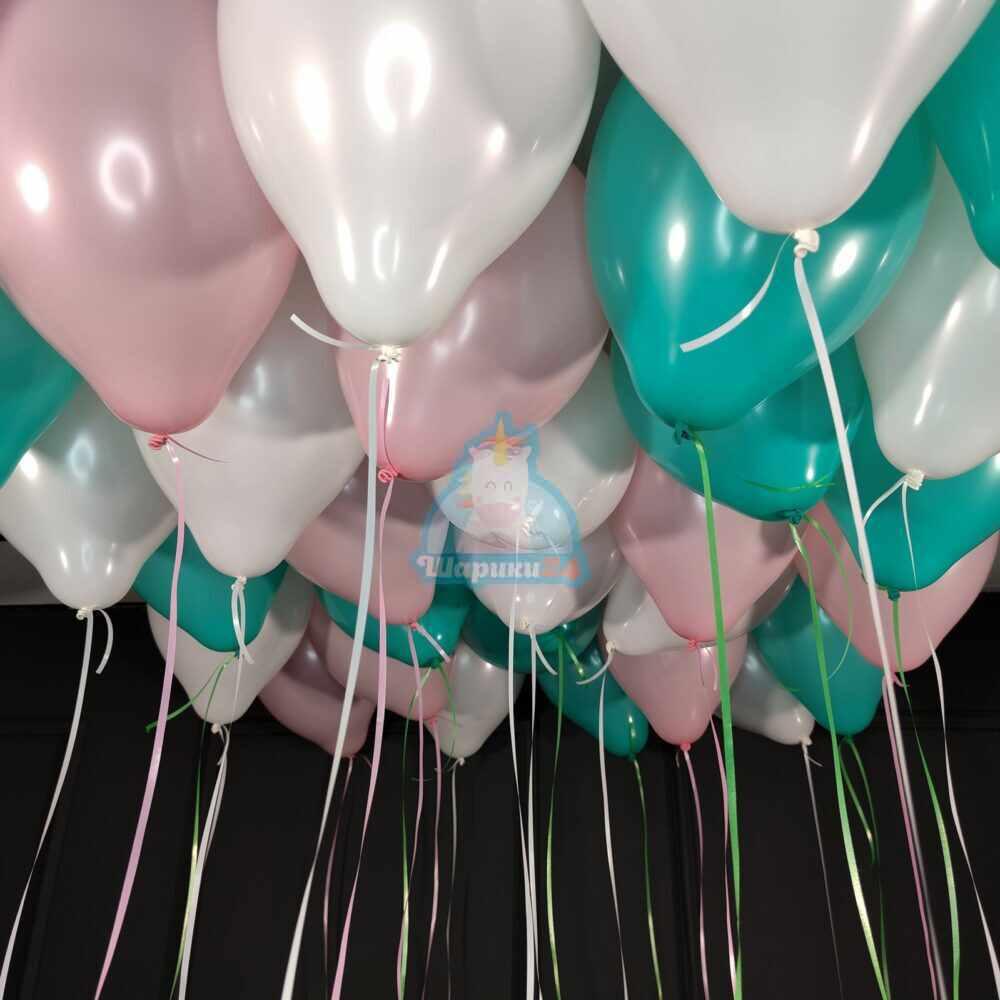 Облако белых, розовых и мятных шаров на 8 марта