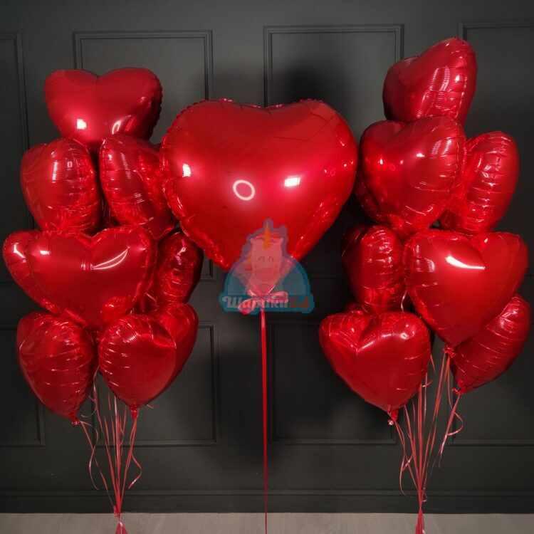 Композиция из гелиевых шаров сердечек с большим сердцем ко дню влюбленных