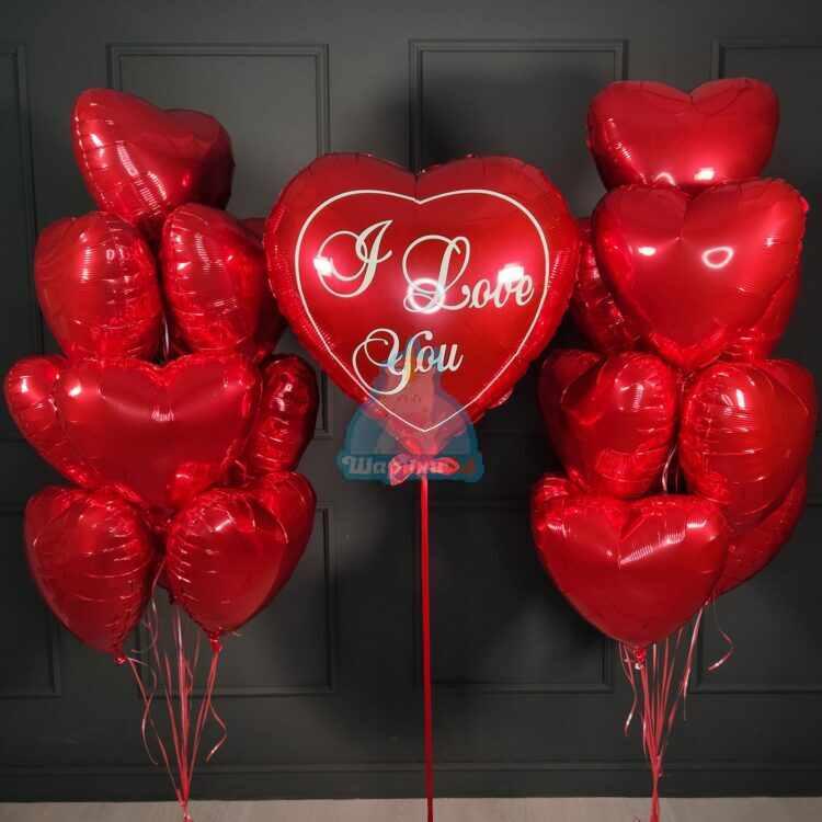 Композиция из красных сердец с большим сердцем I love you
