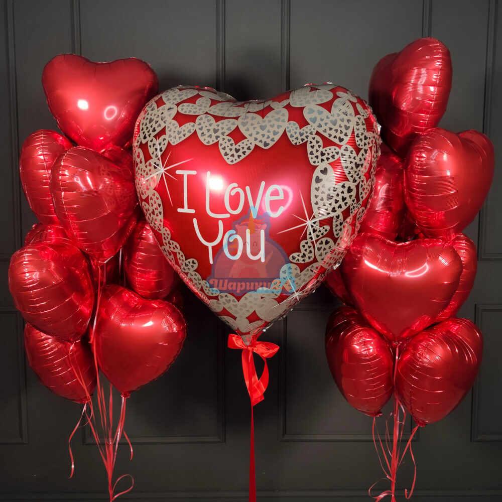Композиция из огромного сердца I Love You и красных сердец