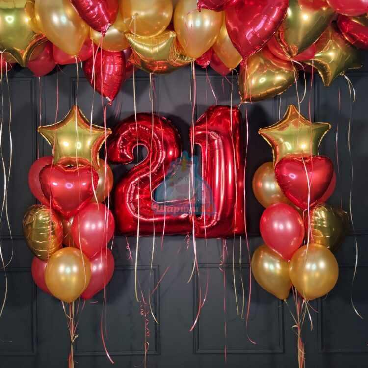 Композиция на день рождения с красными цифрами звездами и сердцами