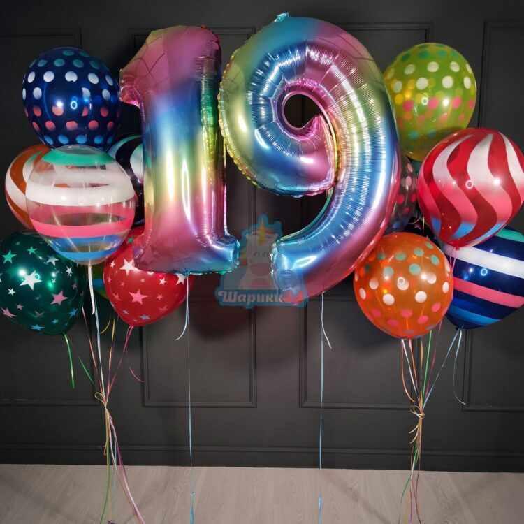 Композиция из больших шаров серпантин с радужными цифрами