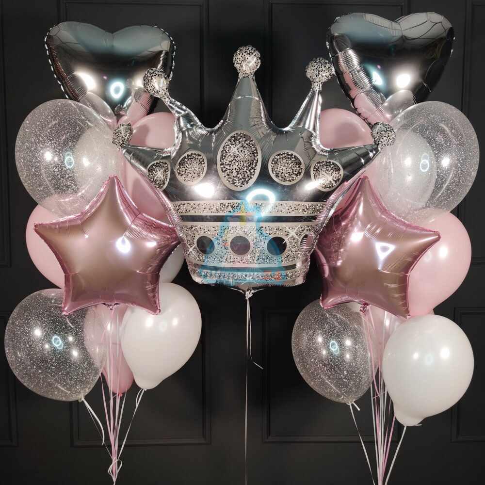 Композиция из бело розовых шаров с серебряной короной