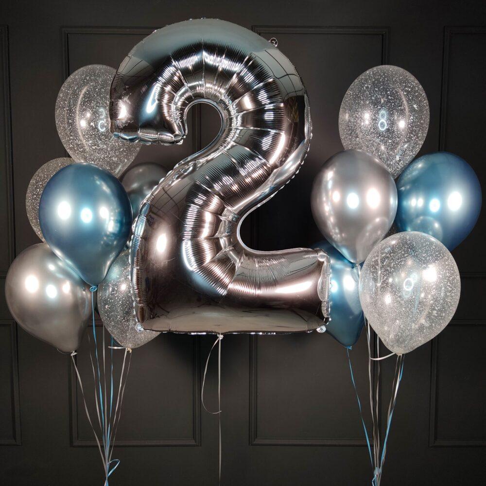 Композиция Из хромированных синих и серебряных шаров с серебряной цифрой