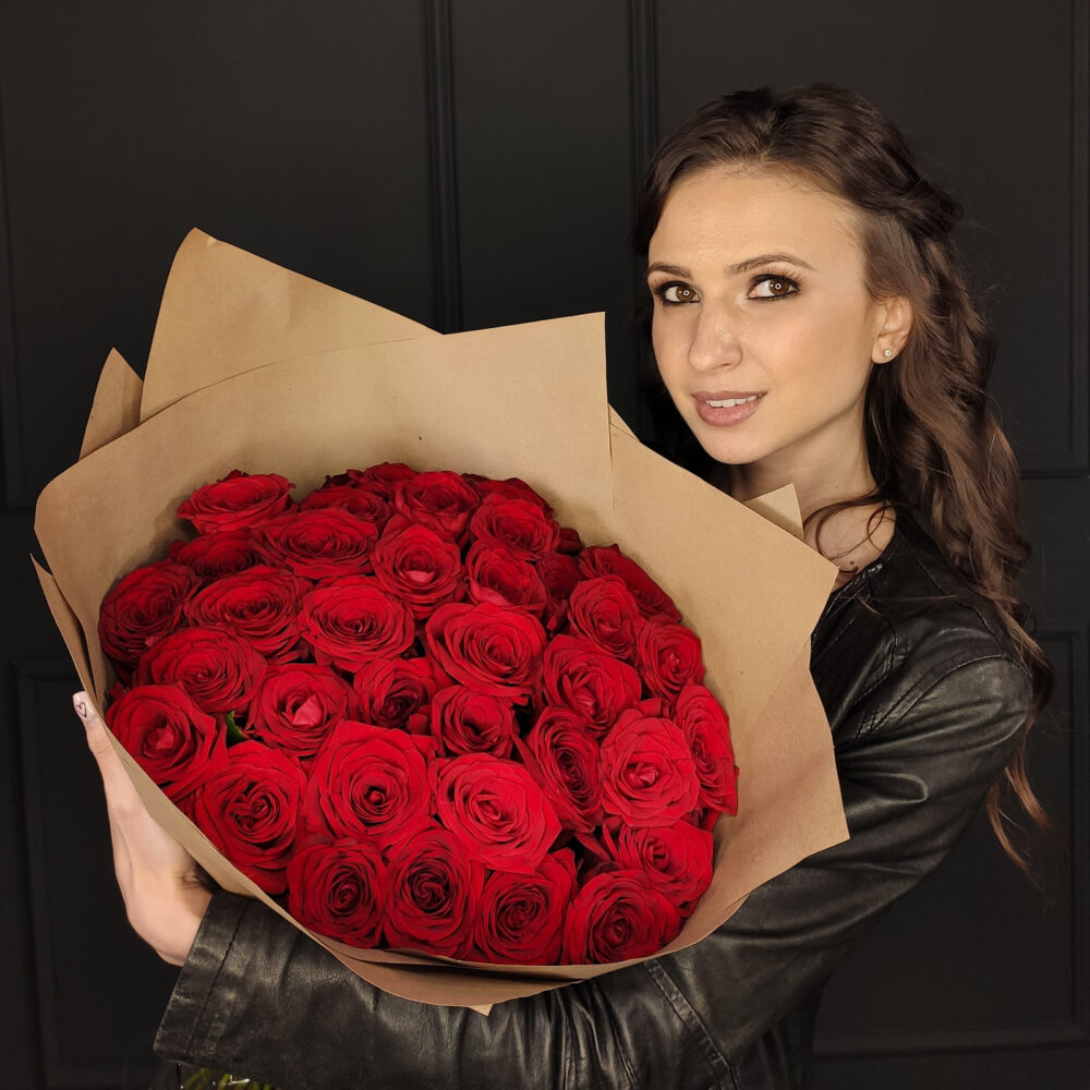 Букет из 35 красных роз в крафтовой упаковке