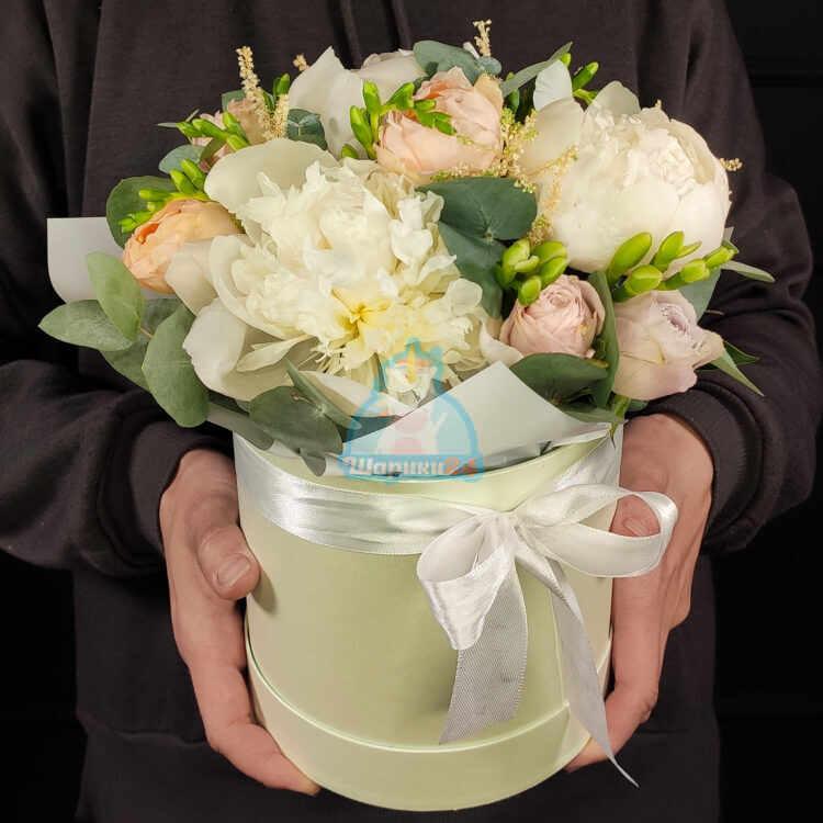 Пионы дюшес и розы в нежной коробке