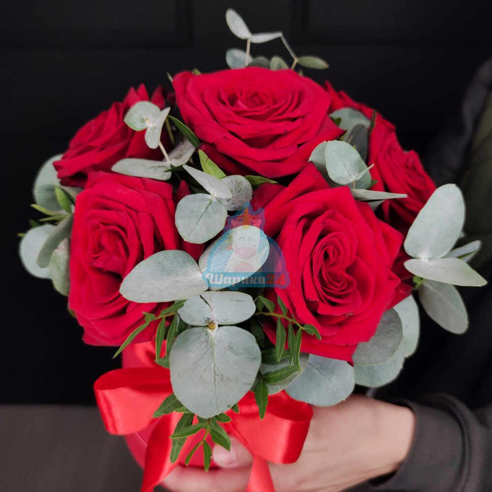 Красные розы с эвкалиптом в красной коробке