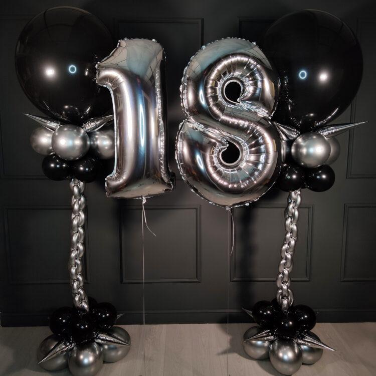 Композиция с большими шарами и серебряными цифрами