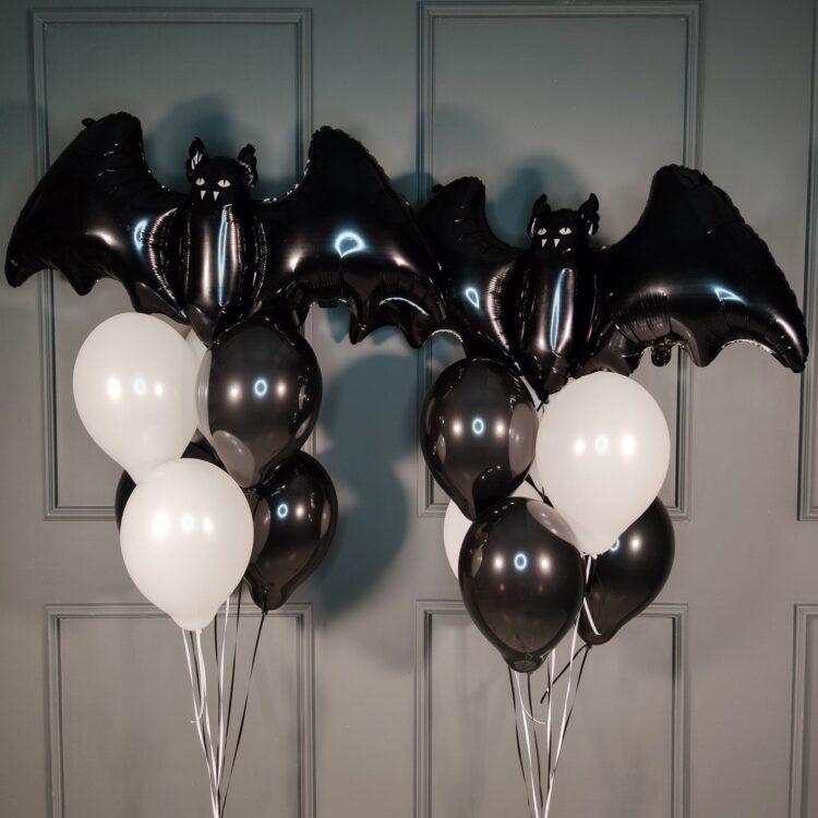 Композиция черных и белых шаров с летучими мышами